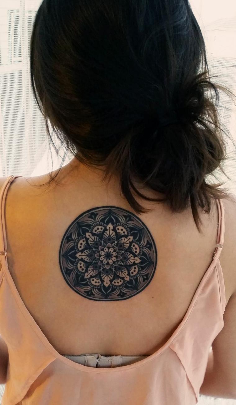 Donna con un tattoo sulla schiena, tatuaggio con motivi del mandala, donna con capelli neri legati