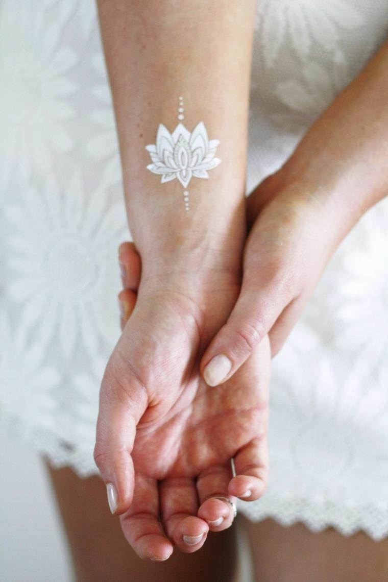 Simboli di rinascita e forza, disegno tatuaggio bianco temporaneo, disegno fiore di loto