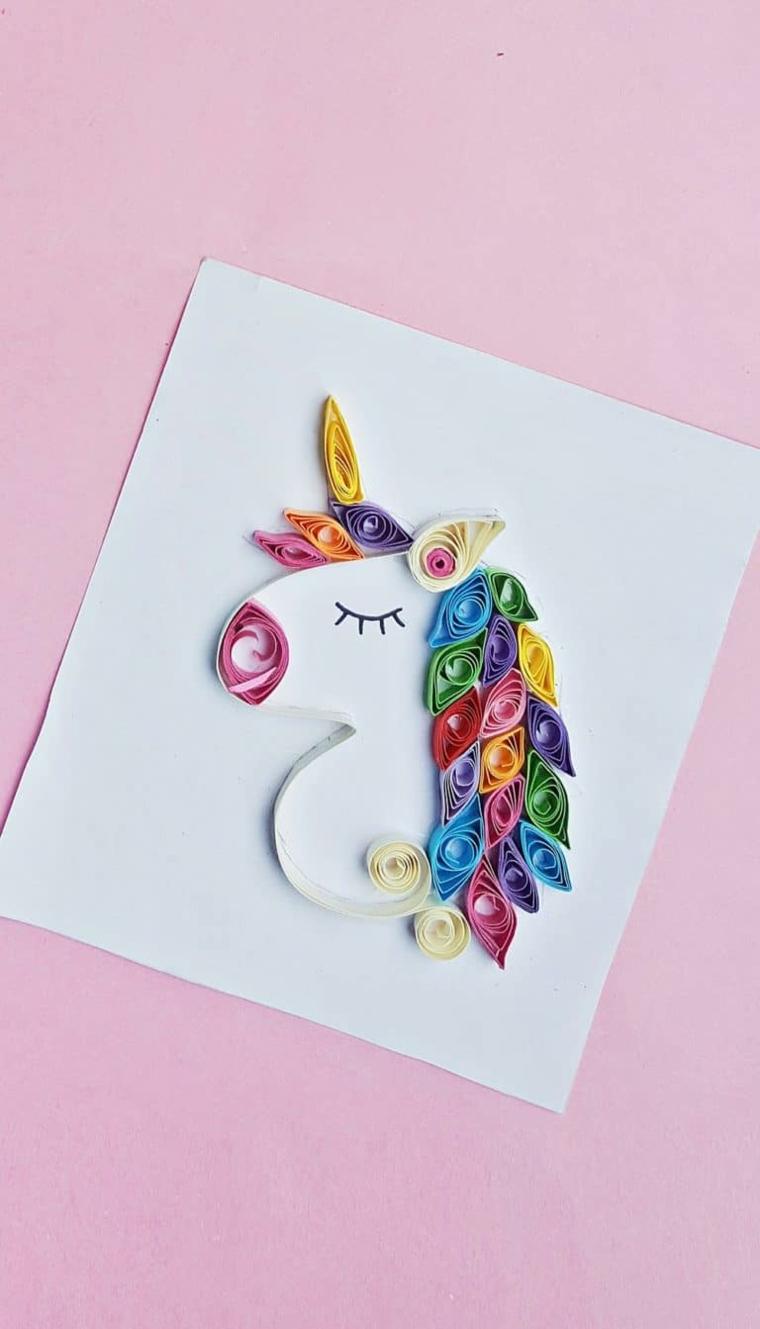 Come disegnare un unicorno, criniera colorata con strisce di carta colorata, ciglia dipinte con pennarello nero