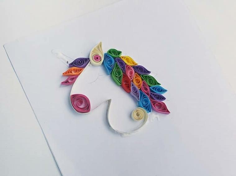Immagini unicorni, criniera colorata con cartoncini piegati, disegno di un unicorno