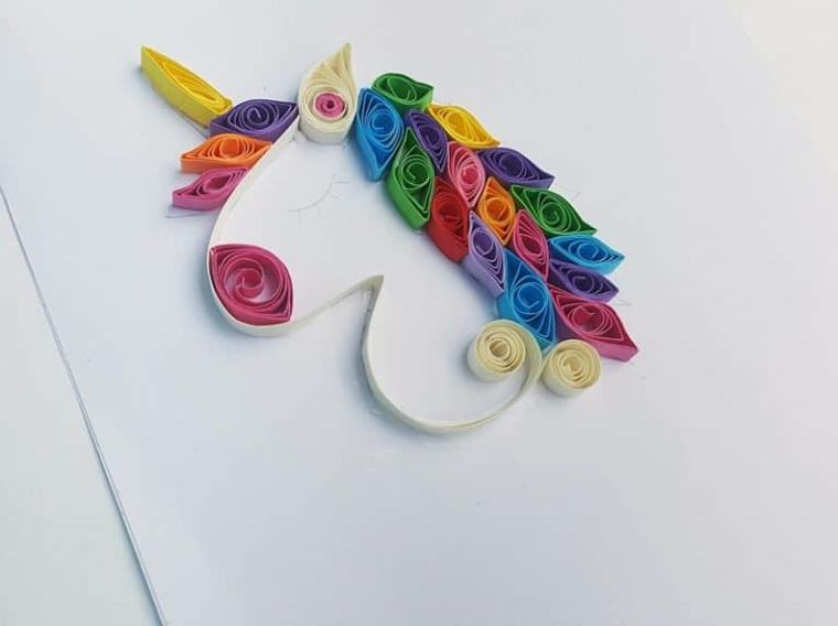 Unicorno stilizzato, criniera unicorno colorata con strisce di cartoncini colorati, corno cartoncino giallo
