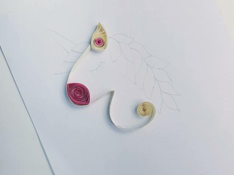 Unicorno significato, disegno a matita, strisce di carta colorata e piegata