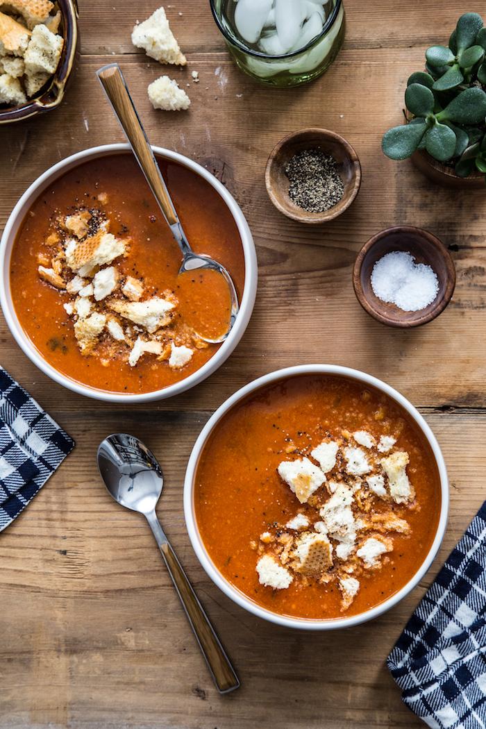 Zuppe dietetiche, vellutata di legumi, minestra servita con pezzettini di pane