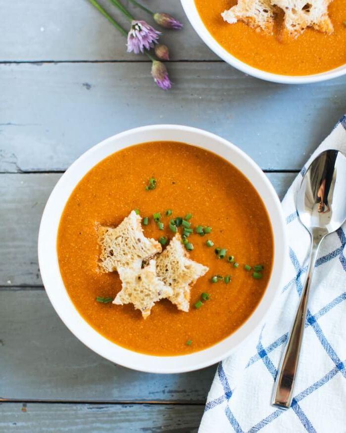 Zuppe autunnali, minestra frullata di verdure, pezzettini di pane tagliate a stella