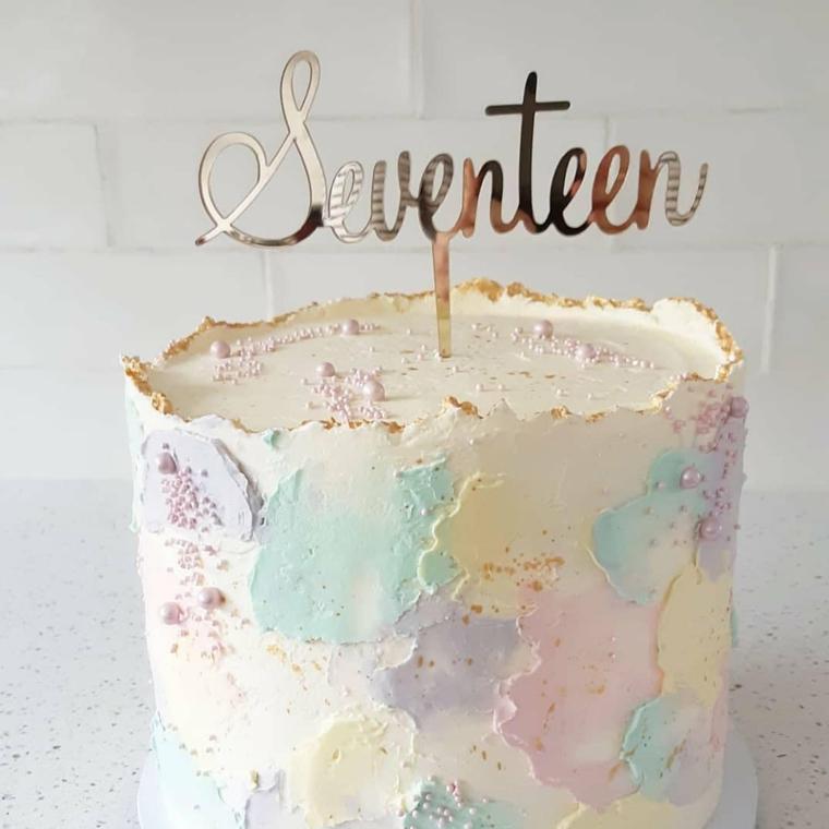 Torta di compleanno estiva, torta alta con topping scritta, torta decorata con panna montata