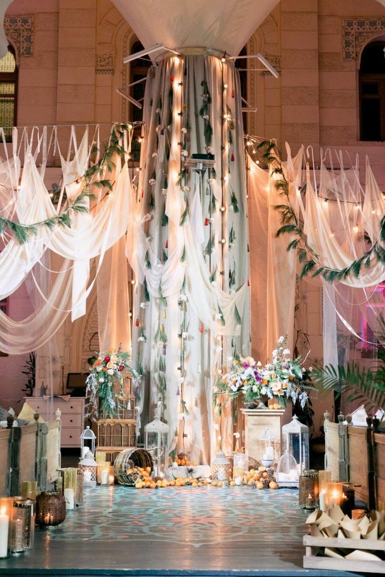 Altare decorato con tulle bianco, organizzare un matrimonio passo per passo