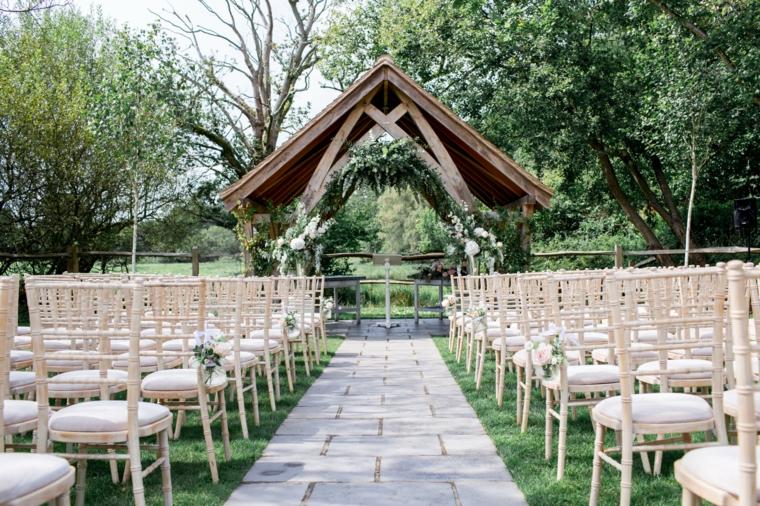 Organizzare un matrimonio passo per passo, altare all'aperto con sedie di legno