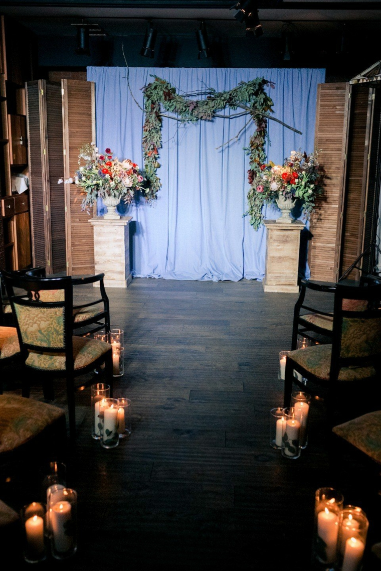 Come si organizza un matrimonio, altare decorato con tenda e vasi di fiori