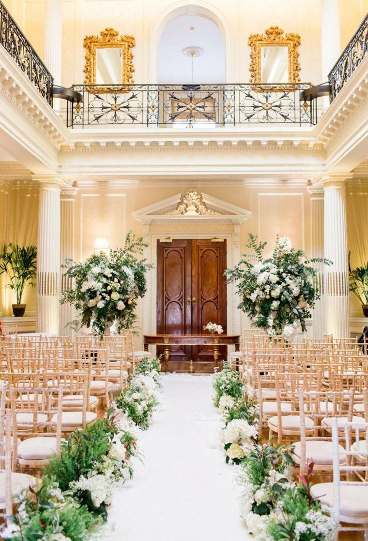 Sposarsi in una villa classica, passerella con fiori colorati, preparativi matrimonio