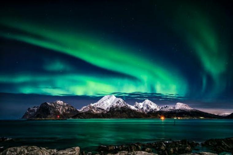 Montagna innevata in una foto, foto dell'aurora boreale, immagine per il desktop del computer