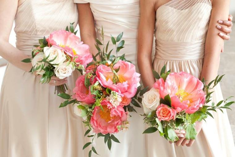 Come si organizza un matrimonio, sposa e le damigelle con bouquet di fiori