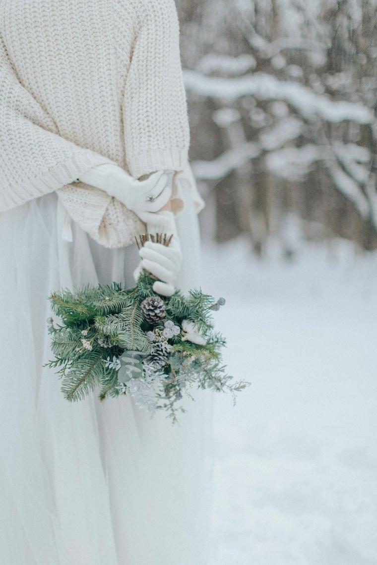 Sposa con la neve, bouquet di rametti di pino e pigne, idee matrimonio alternativo