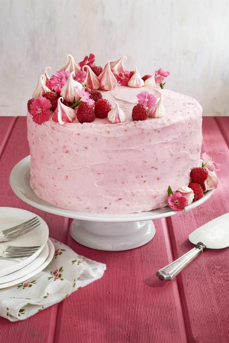 Torte di compleanno semplici da fare in casa, torta con panna montata e lamponi