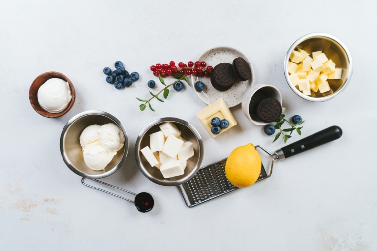 Ingredienti messi in ciotole di metallo, cheesecake senza cottura con mascarpone