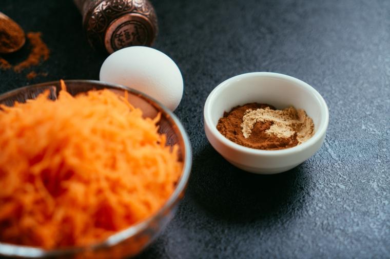 Ciotolina con zenzero e cannella, ciotola con carota grattugiata, ricetta torta di carte soffice
