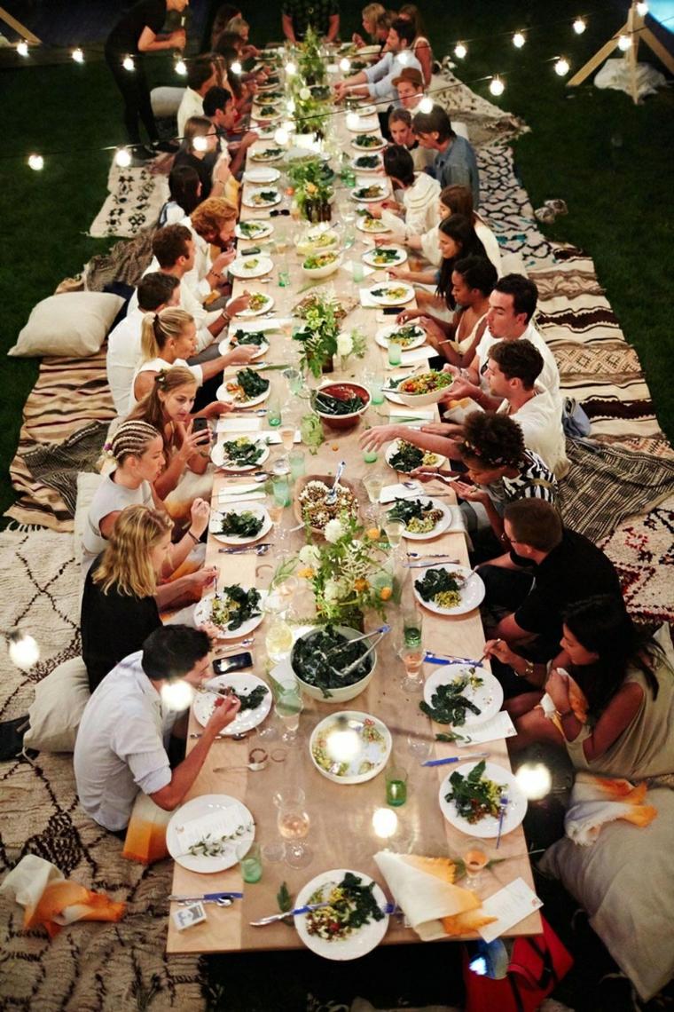 Idee matrimonio alternativo, tavolo per il ricevimento serale all'aperto