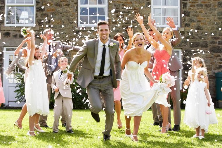 Donna e uomo sposi che corrono, organizzare un matrimonio