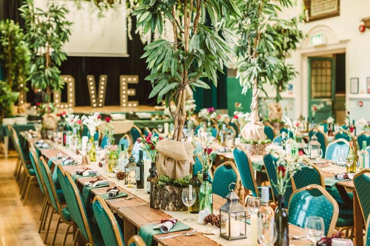 Organizzare un matrimonio, tema matrimonio tropicale, palco con scritta luminosa Love