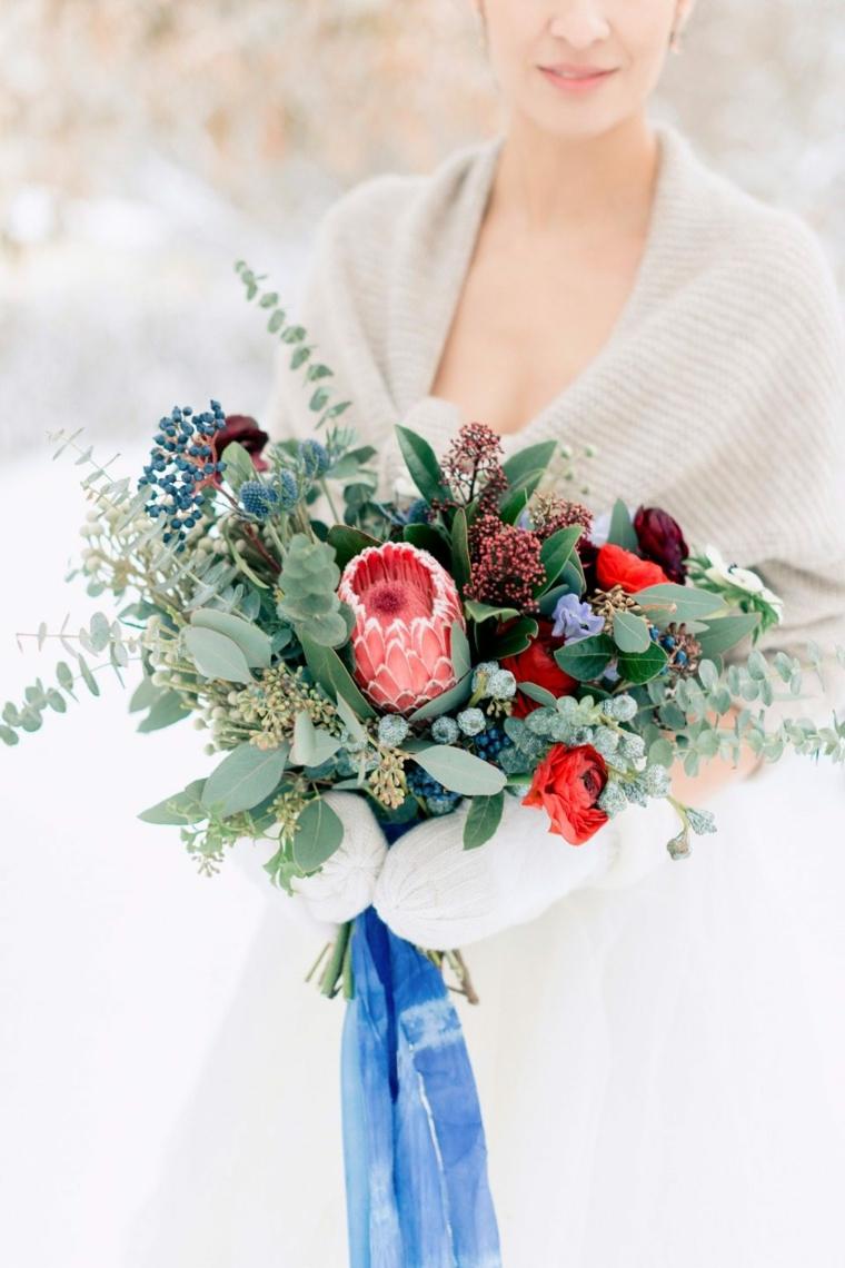 Organizzare un matrimonio, bouquet di fiori con foglie verdi, sposa in inverno