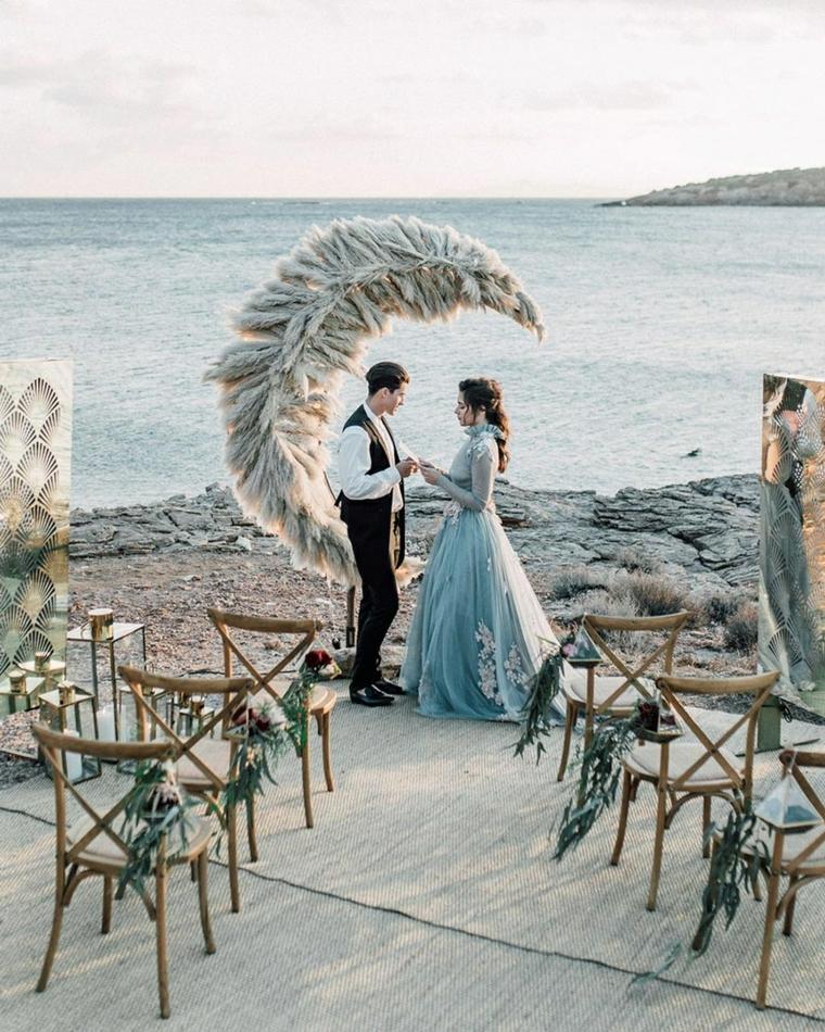 Preparativi matrimonio, sposa e sposa sotto un'arca di piume, nozze in spiaggia