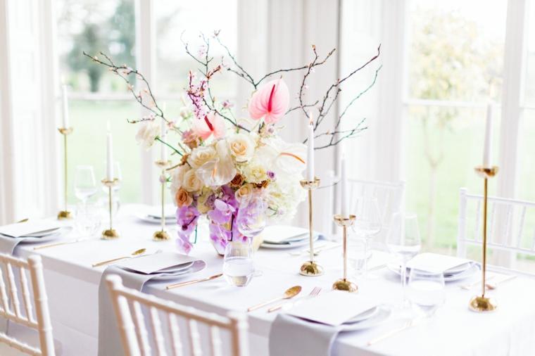 Organizzare un matrimonio passo per passo, centrotavola con un vaso di fiori e rametti