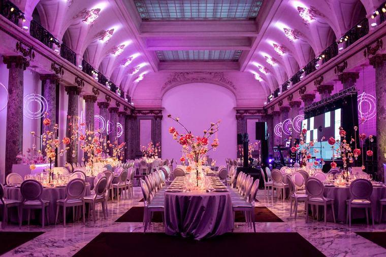 Sala per ricevimento di un matrimonio, tavoli apparecchiati con centrotavola di rami