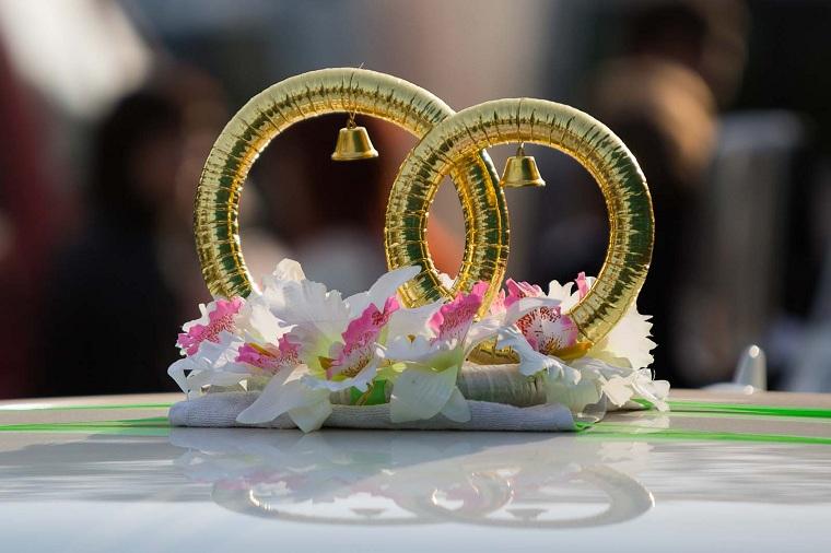 Palloncini gonfiabili a forma di anelli, centrotavola tavolo con fiori bianchi