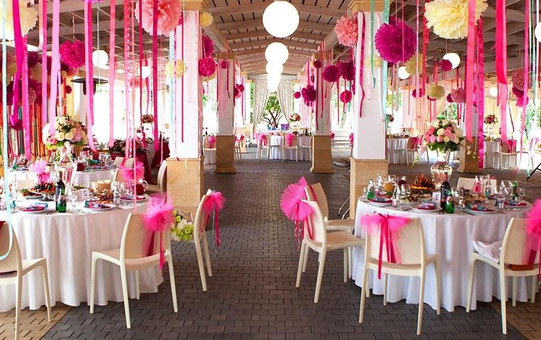 Sedie decorati con fiocchi rosa, sala per ricevimento matrimonio decorata