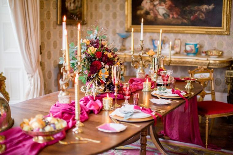 Come organizzare un matrimonio, centrotavola con tovaglia di colore fucsia e candele