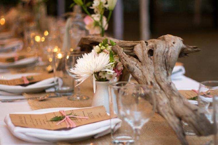 Segnaposto con bigliettino del menu, tavola con centrotavola ramo di legno