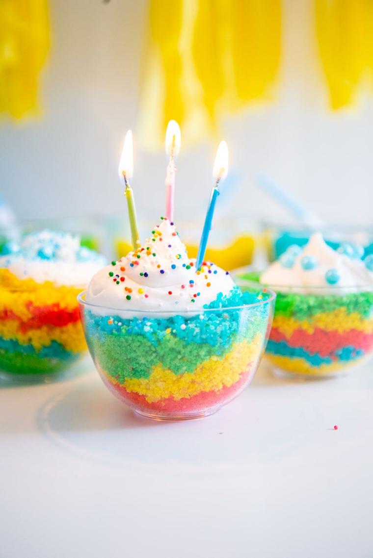 Torta compleanno bambini fatta in casa, torta con strati colorati e panna montata