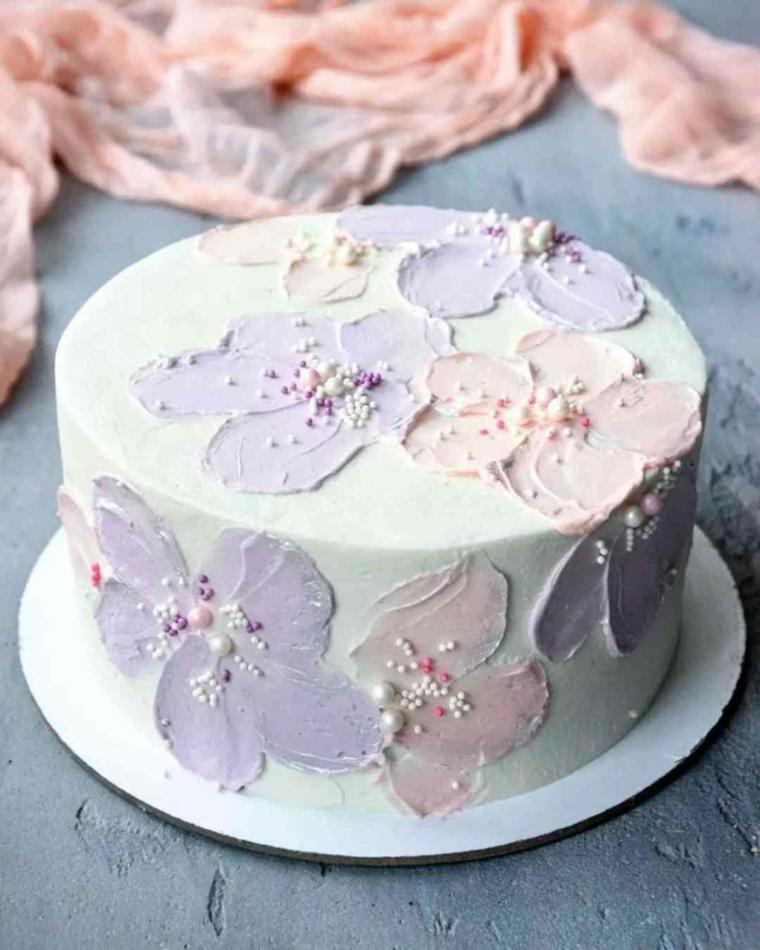 Torte di compleanno semplici da fare in casa, torta rotonda decorata con panna montata