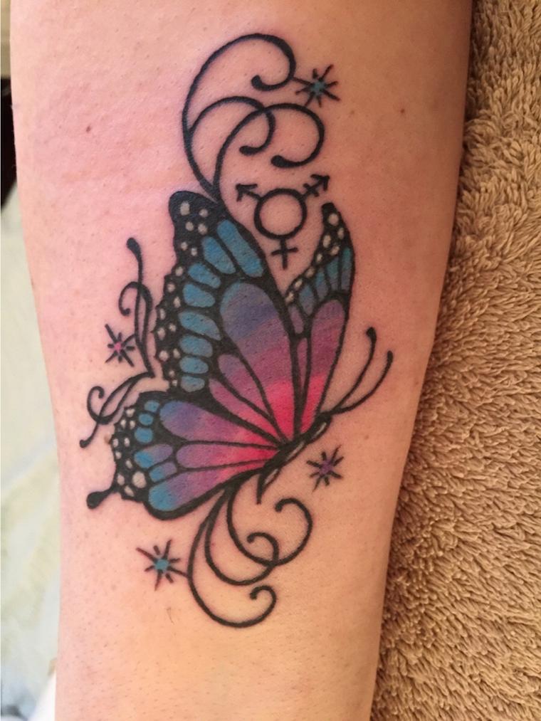 Tatuaggi significato libertà, tattoo colorato di una farfalla con ornamenti