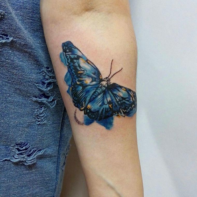 Farfalla stilizzata, disegno colorato di una farfalla sull'avambraccio di una donna
