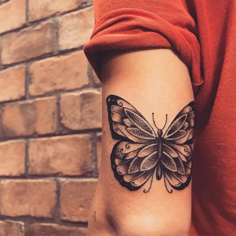 Tatuaggio farfalla, disegno tattoo sul braccio di una donna, disegno farfalla con ali