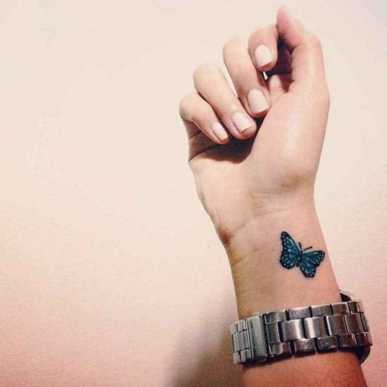 Disegno di una farfalla sul polso della mano, disegno colorato di una farfalla