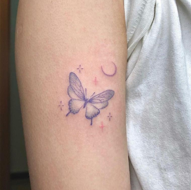 Immagini di farfalle in volo, tattoo sul braccio di una donna, disegno di stelle e luna