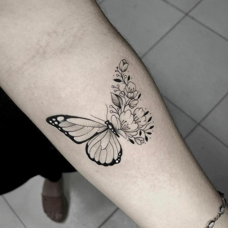 Immagini di farfalle in volo, disegno di una farfalla con fiori, tattoo sull'avambraccio