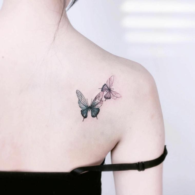 Farfalla stilizzata, tattoo di farfalle colorato sulla spalla di una donna
