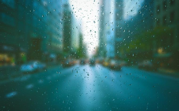 Foto dal finestrino con gocce di pioggia, immagine per lo schermo del pc