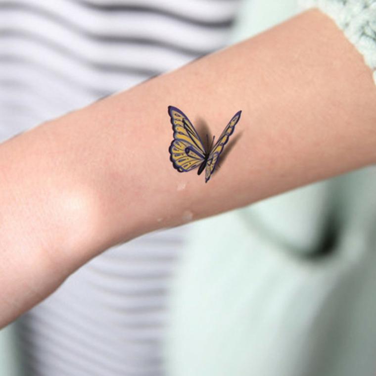 Tatuaggi significato libertà, tattoo di una farfalla in volo, tattoo sul polso della mano