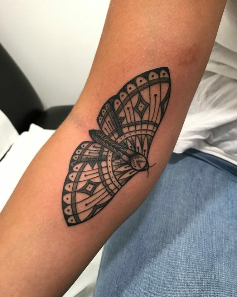 Tatuaggi significato libertà, disegno di una farfalla sul braccio di una donna