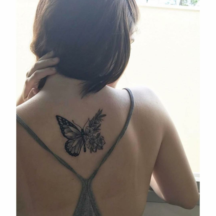 Immagini di farfalle in volo, disegno farfalla sulla schiena di una donna