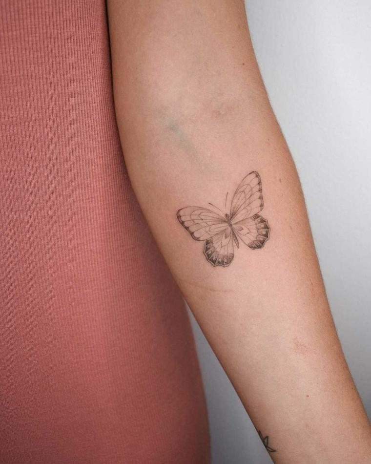 Farfalla tattoo, avambraccio di una donna con disegno di una farfalla
