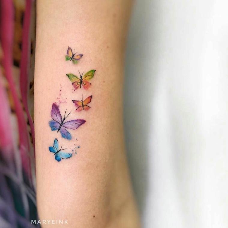 Disegni farfalle colorate, tatuaggio braccio donna di farfalle in volo