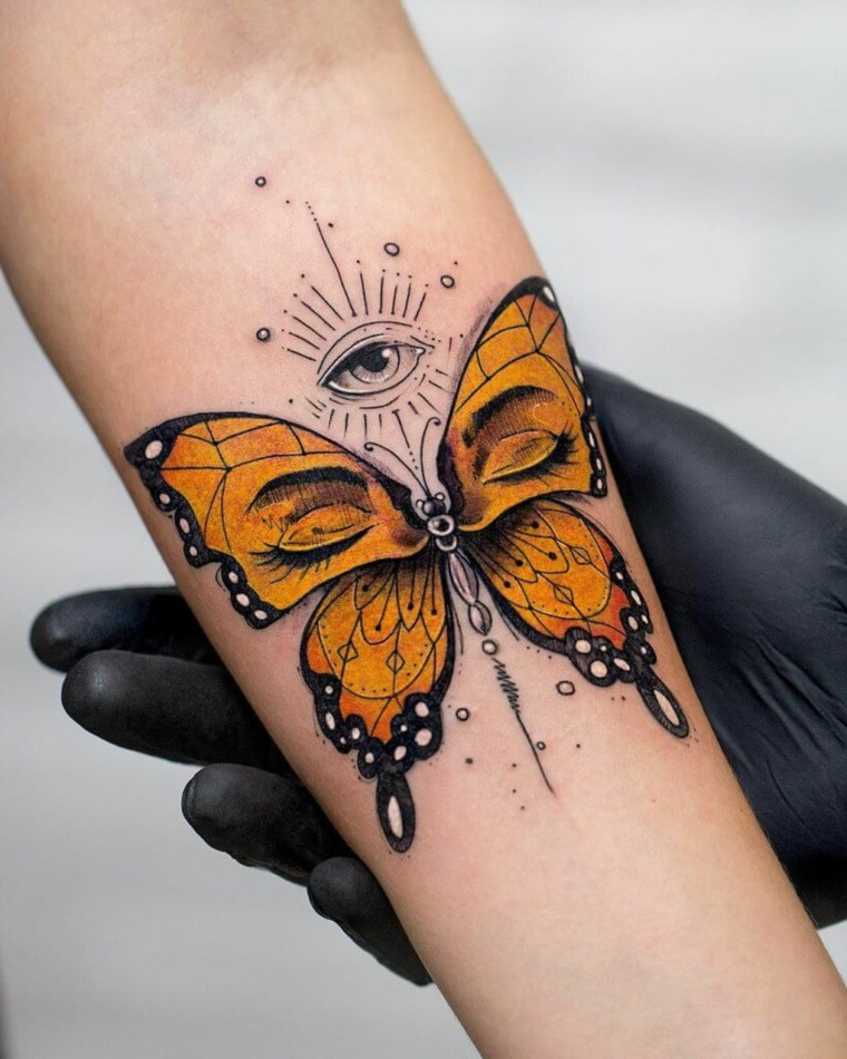Disegni farfalle colorate, disegno di una farfalla gialla con occhio di ra sull'avambraccio di una donna