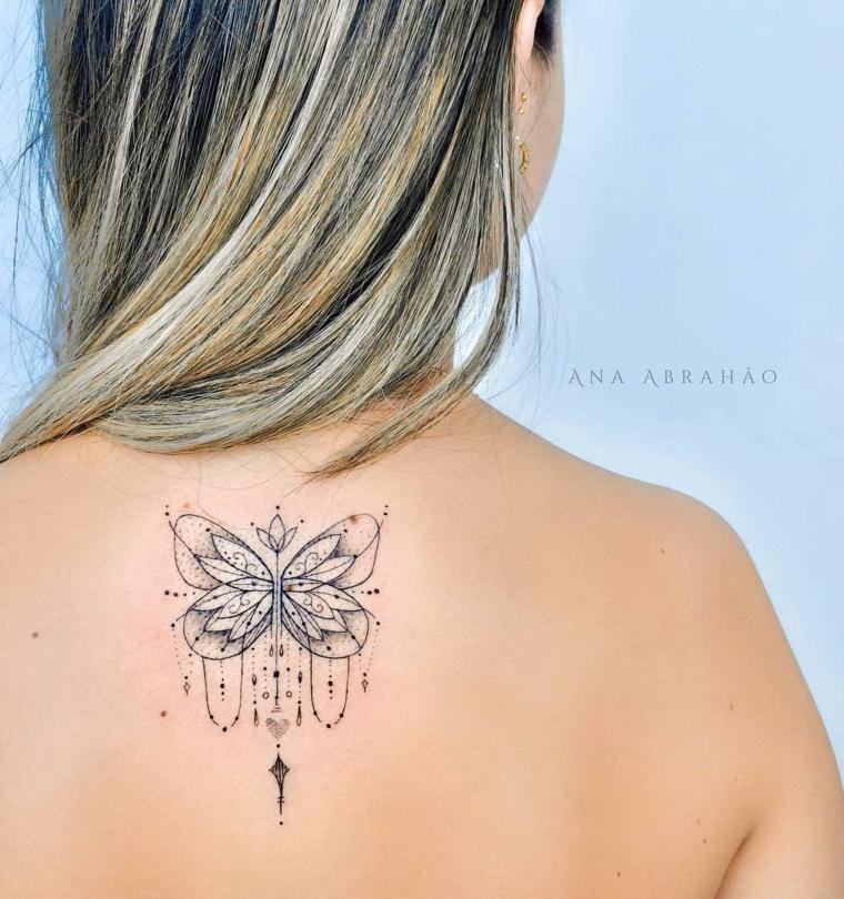 Immagini significato libertà, disegno con motivi mandala sulla schiena di una donna