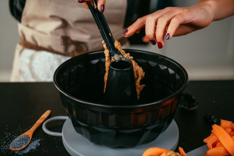 Forma di metallo per torte, ricetta torta di carote, impasto per torta soffice