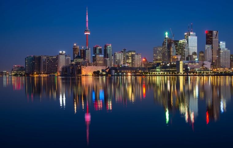 Foto notturna di una città, grattacieli di una città, immagine per il desktop del computer