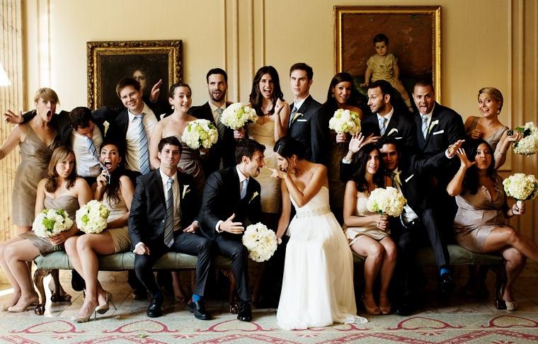 Foto di un matrimonio con gli ospiti seduti su un divano, bouquet sposa e damigelle